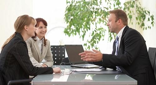 Geschäftsmenschen besprechen die Arbeit